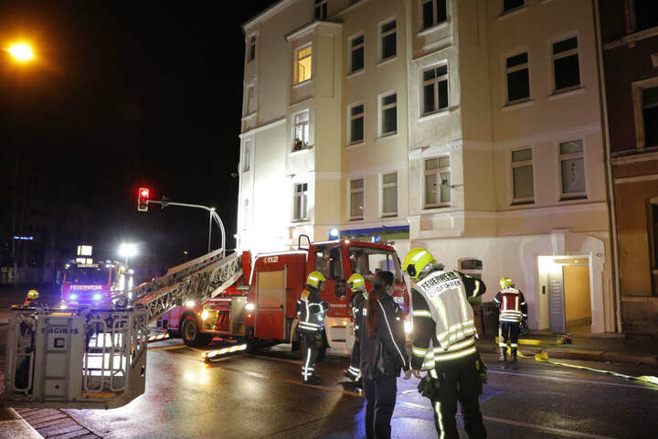 Die Feuerwehr im Einsatz auf der Zietenstraße in Chemnitz.