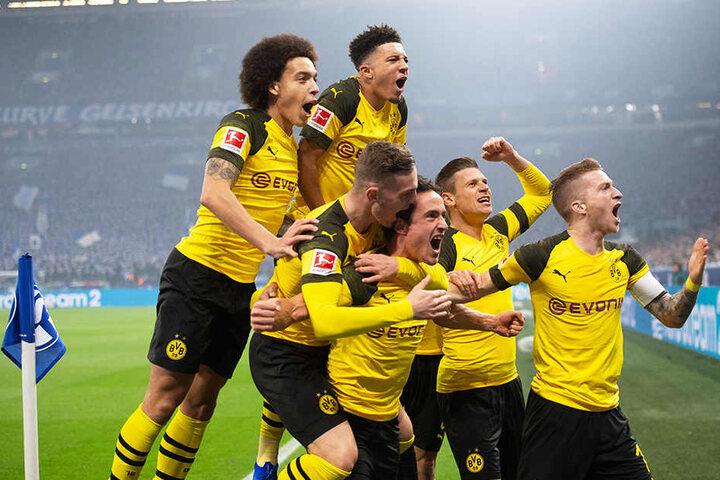 Jubel über den verdienten Sieg: Die BVB-Kicker freuen sich über das zwischenzeitliche 1:0 durch Thomas Delaney (Dritter von rechts).