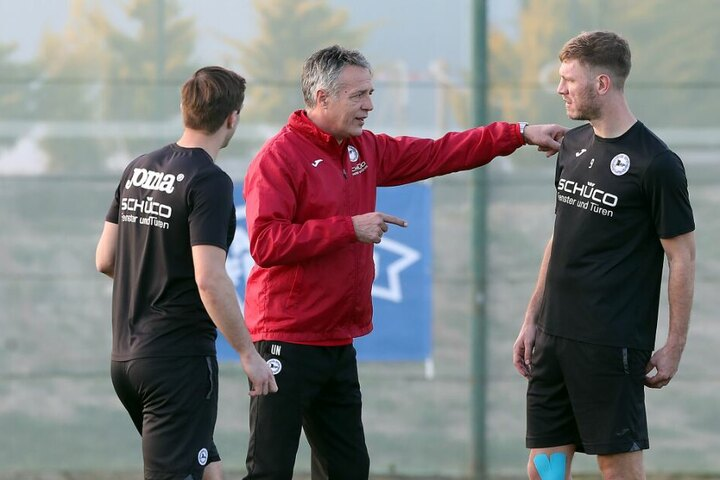 Trainer Uwe Neuhaus (m.) erklärte Stürmer Fabian Klos (r.) was er von ihm erwartet.