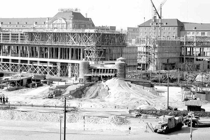 """Bau auf, bau auf: Am Altmarkt wird 1967 das """"Haus der sozialistischen Kultur"""" errichtet - von den Dresdnern später kurz und knapp """"Kulti"""" genannt."""