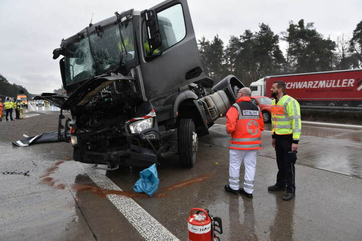 Der Fahrer hatte das Stauende übersehen und krachte in einen Sattelzug.