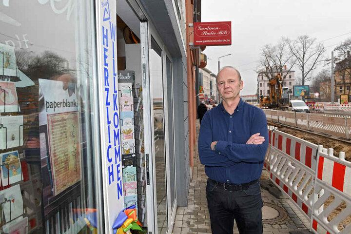 """Papier Haus Dresden""-Inhaber Hans-Jörg Bode (57) ärgert sich über die holprigen Schotterwege."