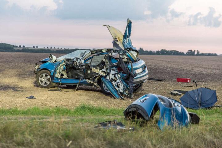 Der Fahrer wurde durch die Wucht des Aufpralls aus seinem Auto geschleudert und starb noch an der Unfallstelle.
