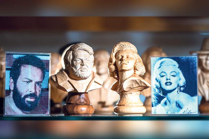 Wie aus dem Gesicht geschnitten: Bud Spencer und Marilyn Monroe im Mini-Format. Insgesamt 24 Promis sind noch bis Ende des Jahres beim Schnitzverein Niederwürschnitz zu sehen.