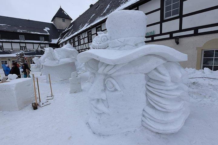 """Erkannt? Auch der """"Hutmacher"""" und die """"Grinsekatze"""" von Alice im Wunderland sind im Schnee verewigt."""