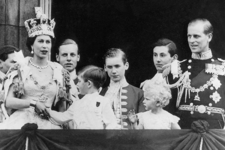 Auf dem Balkon des Buckingham Palastes stehen nach der Krönung Elizabeth II.  und Prinz Philip mit ihren Kindern Charles und Anne.