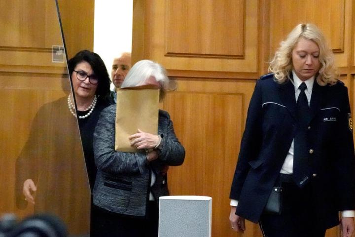 Die Angeklagte hält sich einen Briefumschlag im Landgericht Heilbronn vor das Gesicht.