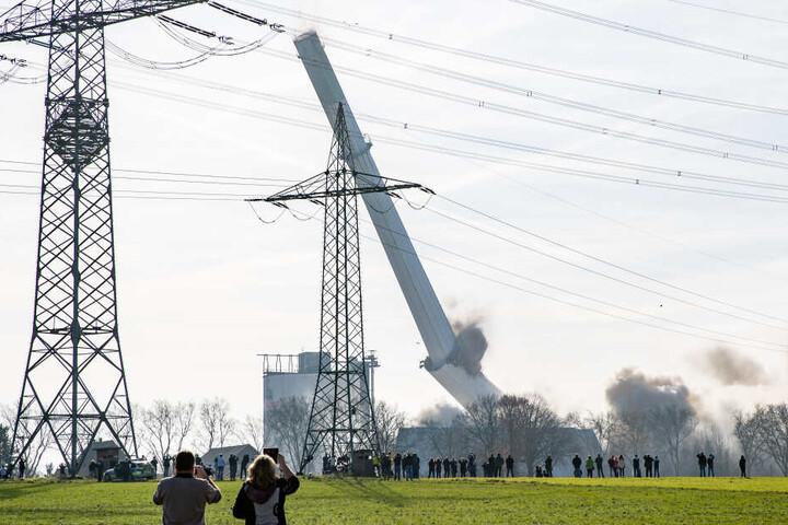 Auch der 210 Meter hohe Schornstein des ehemaligen Kraftwerks wurde gesprengt.