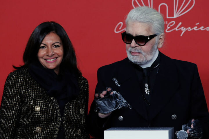 Gemeinsam mit der Pariser Bürgermeisterin Anne Hidalgo nahm Lagerfeld an der Feierlichkeit zur Beleuchtung auf der Champs-Elysees teil.