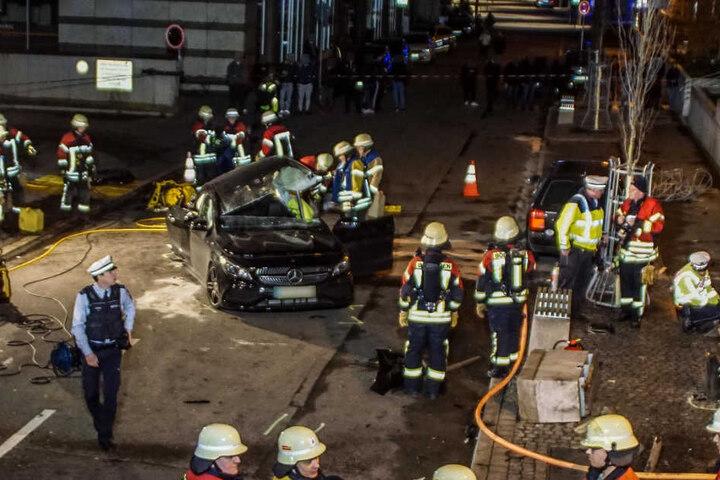 Die Unfallstelle in Böblingen. Im Hintergrund zu sehen: Schaulustige. Nach Polizeiangaben mussten sie Neugierige mehrmals auffordern, den Unfallort zu räumen.
