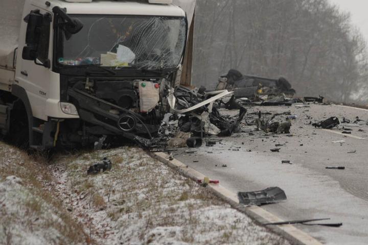 Der Lkw und das verunfallte Auto im Hintergrund auf der B39.