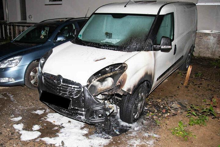 Der in Brand geratene Leihwagen, ein weißer Opel Combo ist gelöscht. Der Schaden ist deutlich sichtbar.