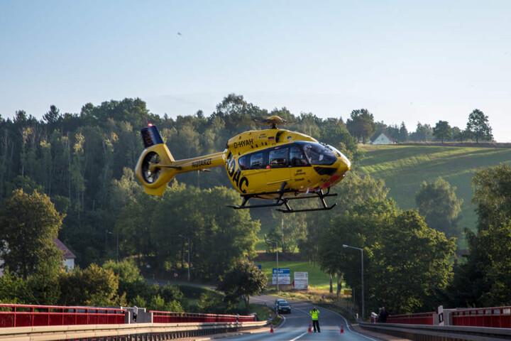 Der Rettungshubschrauber brachte den Motorradfahrer ins Krankenhaus.