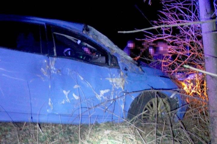 Das Fahrzeug krachte in zwei Bäume.