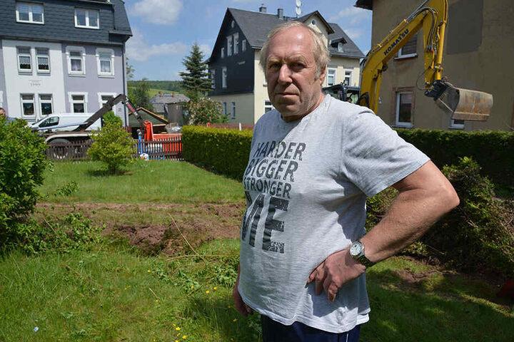 """""""Als es knallte, saß ich aufrecht im Bett"""": Norbert Müller (67) im demolierten Garten."""