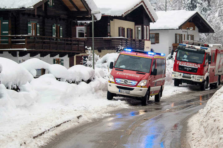 Die Einsatzkräfte der Feuerwehr und Polizei sind in Teilen Bayerns im Dauereinsatz. (Symbolbild)