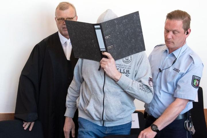 Andreas V. (m.) muss sich vor Gericht wegen hundertfachen Missbrauch von Kindern verantworten.