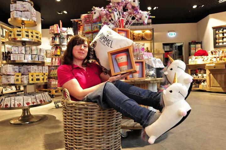 """""""Nanu Nana""""-Verkäuferin Irina Nezhyvenko (37) kuschelt sich mit ihren  Kaffeebechern in Einhorn-Schuhe und -Kissen."""