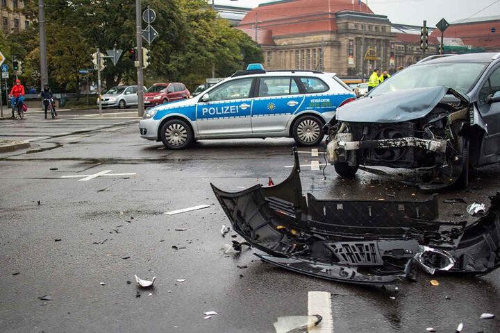 Durch herumliegende Fahrzeugteile war die Kreuzung fast komplett blockiert.