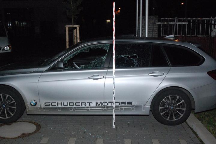 Auch zwei Autos, die neben dem Gebäude standen, wurden von den Angreifern aufs Korn genommen.