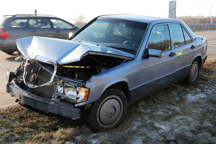 Der Mercedes geriet auf der A4 ins Schleudern und knallte in die Leitplanke.