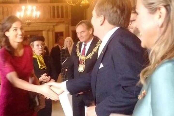 Sie durfte ihrem König sogar die Hand schütteln.