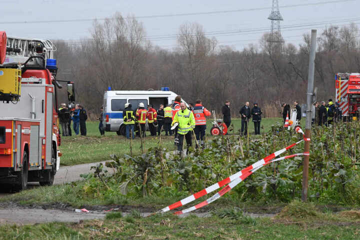 Die Einsatzkräfte waren mit einem Großaufgebot vor Ort nahe Oberhausen-Rheinhausen.