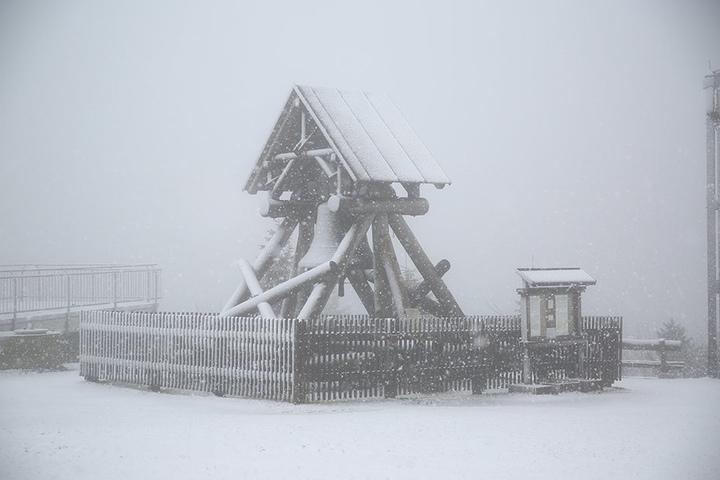 Der Fichtelberg war mit einer leichten Schneeschicht bedeckt.