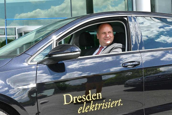 Natürlich im e-Golf: Dresdens Oberbürgermeister Dirk Hilbert (46, FDP) will jetzt erneut nach Berlin düsen, damit das Verkehrsministerium endlich die Fördergelder frei gibt.