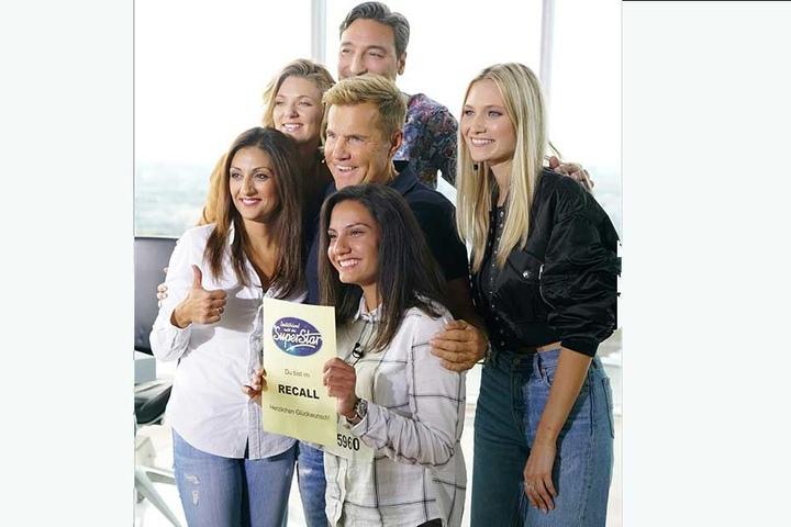 Nach dem Auftritt gab es für Adeline (v.r.) und ihre Schwester noch ein Gruppenfoto mit der Jury.