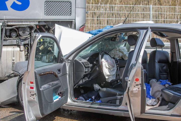 Der Fahrer und seine Beifahrerin wurden lebensgefährlich verletzt und mussten in ein Krankenhaus geflogen werden.