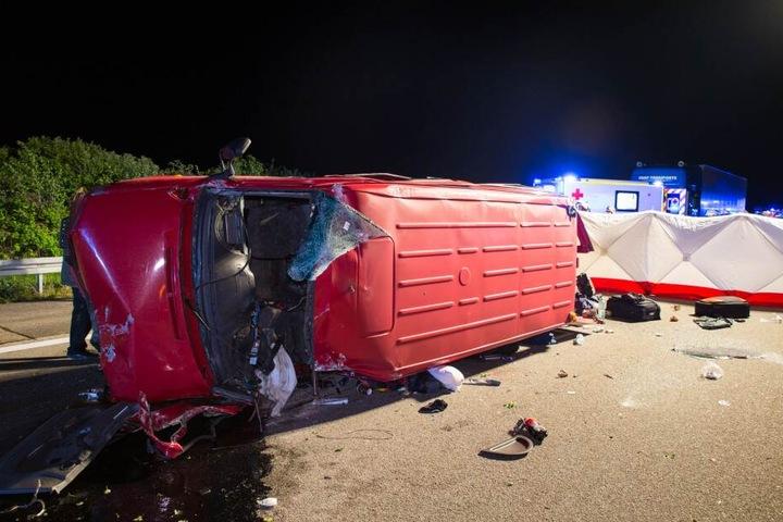 Eine Frau wurde aus dem Kleinbus geschleudert und starb.