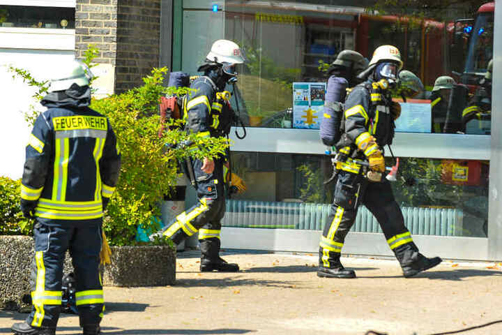 Unter Atemschutz betraten die Feuerwehrmänner das Gebäude
