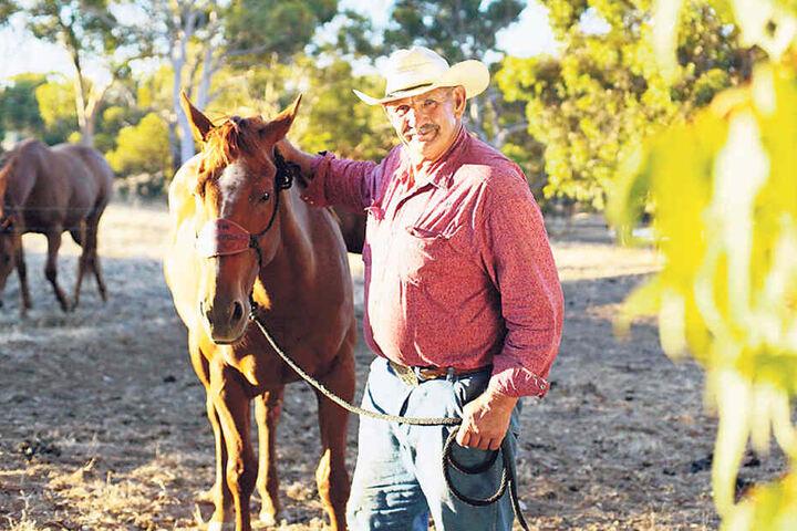 Rainer (60) lebt in Australien auf einer Farm mit Pferden, Rindern und Schafen. Hauptberuflich repariert er landwirtschaftliche Maschinen und Autos.