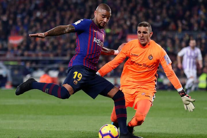 Boateng im Zweikampf mit Valladolids Keeper Masip.