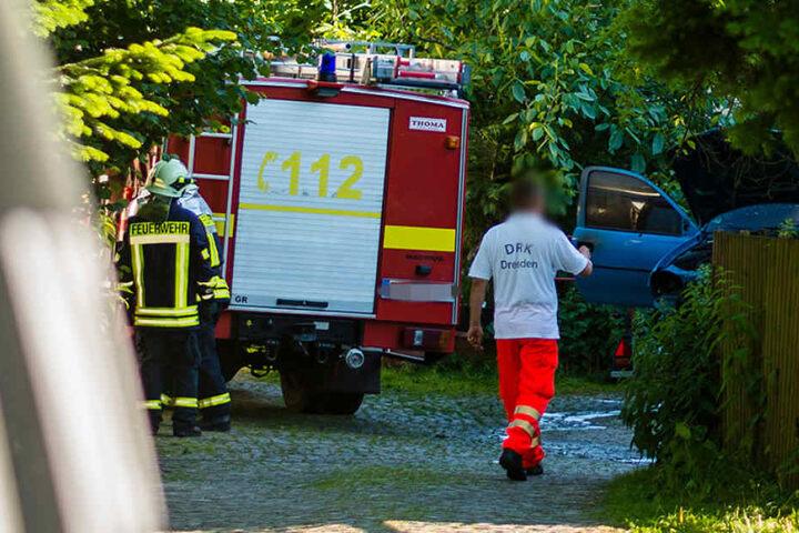 Bei ihrem Eintreffen fanden die Rettungskräfte zwei verletzte Personen und den brennenden Wagen vor. Wie es zu dem Autobrand kommen konnte, ist noch unklar.