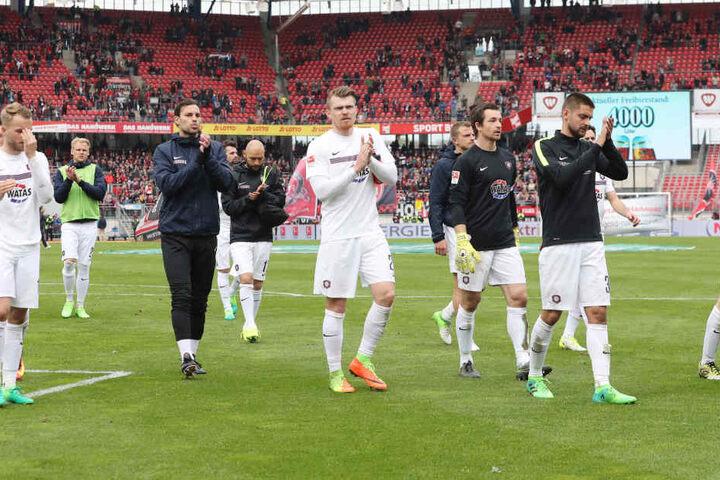 Die Spieler des FCE direkt nach der Niederlage in Nürnberg.