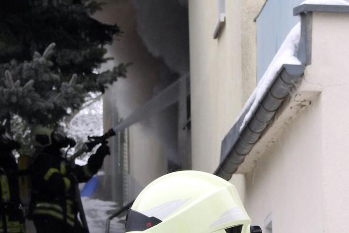 Immerhin gelang es den Kameraden, das Übergreifen der Flammen auf das angrenzende Wohnhaus zu verhindern.