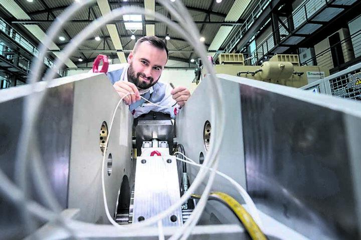 Robin Kurth (28) nimmt Sensoreinstellungen an einem Gleitlagerprüfstand vor. Er arbeitet jetzt am Fraunhofer-Institut IWU in Chemnitz.