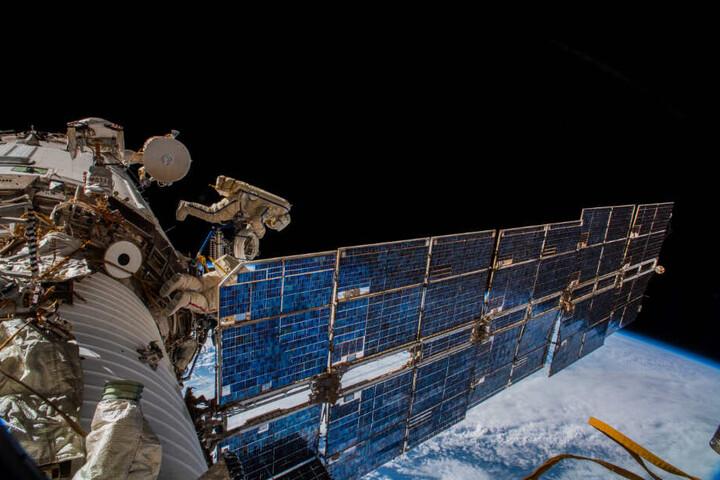 Kosmonauten bringen eine Antenne an der Raumstation ISS an, die für das Icarus-Projekt benötigt wird.