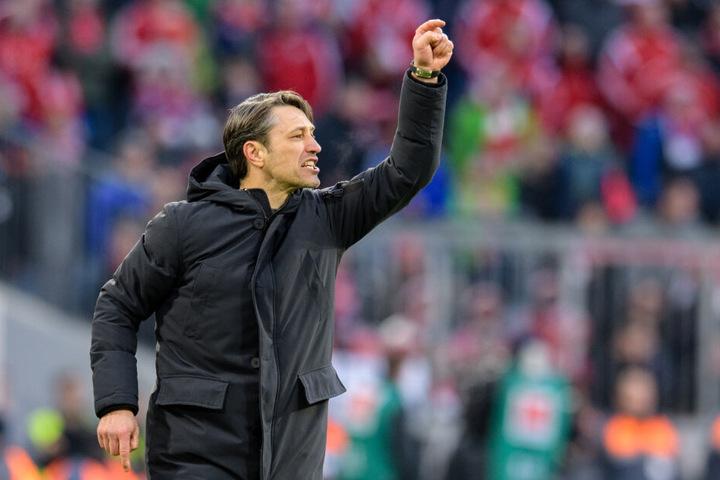 Trainer Niko Kovac gestikuliert am Spielfeldrand: Gegen Gladbach wird er mit einer dünn besetzten Mannschaft antreten müssen. (Archivbild)