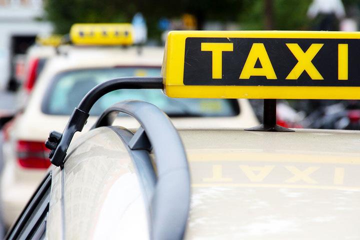 Der Taxifahrer ignorierte das Einbahnstraßen-Schild und krachte gegen ein Geländer. (Symbolbild)