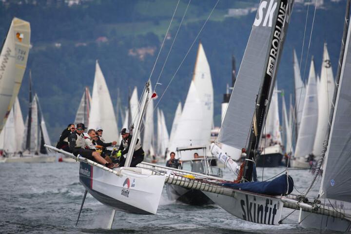 Dutzende Boote starten beim Start zur Nachtregatta.