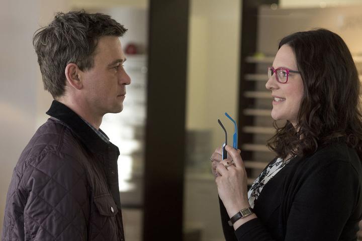 Ehekrise? Stefan Thiel (Peter Schneider) wird von Optikerin Maike Böhlich (Anne Weinknecht) bezirzt.