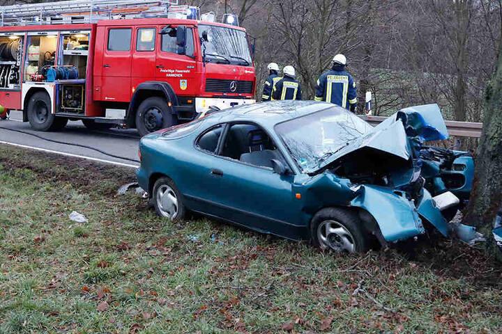Das Auto war von der Bundesstraße abgekommen und frontal in einen Baum gekracht.