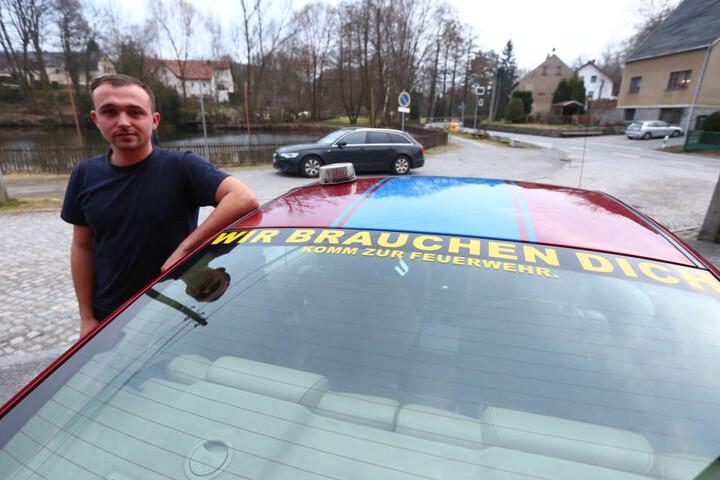 Danny will mit seinem Mustang für die Feuerwehr werben.