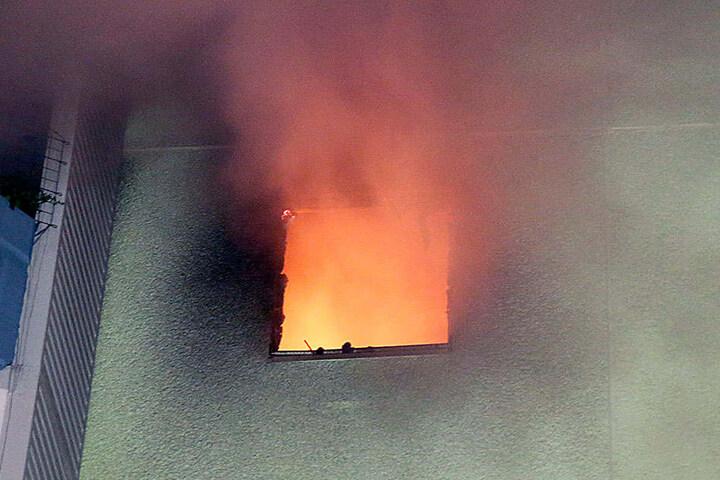 In der Brandwohnung fanden die Einsatzkräfte eine bewusstlose Frau.