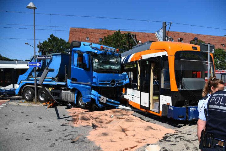 Der Lkw ist mit der Straßenbahn zusammengeprallt.