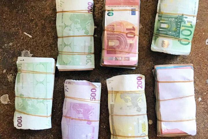 Knapp 70.000 Euro Bargeld beschlagnahmten die Beamten.