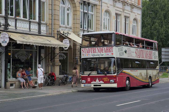 In Höhe des berühmten Milchladens Pfunds Molkerei bremste der Autofahrer den  Rundfahrt-Bus aus.